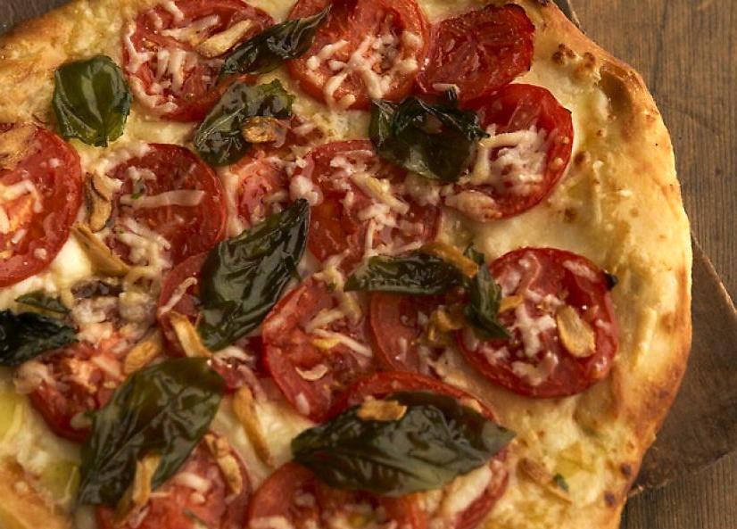 pizza de albahaca y tomate